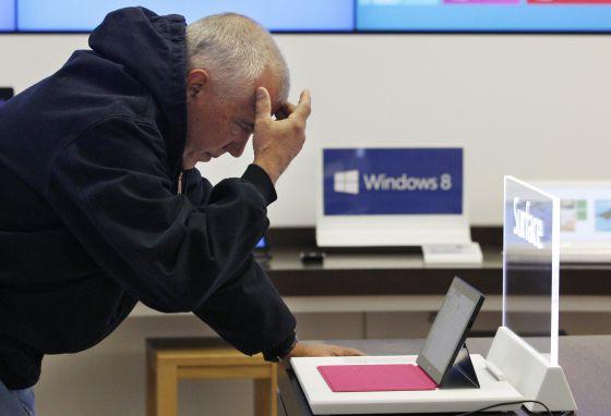 Un consumidor probando el nuevo Windows