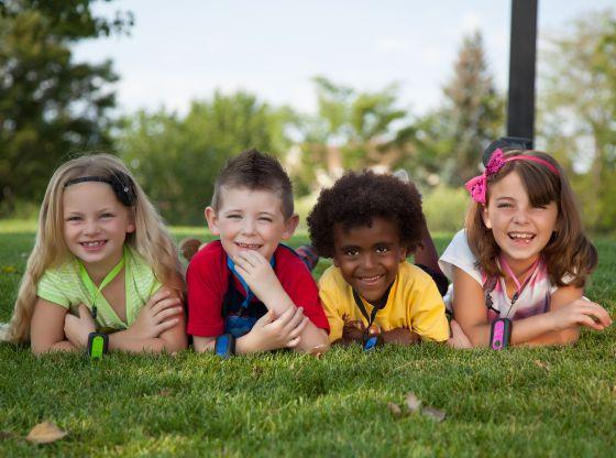 Un grupo de niños con el GPS de Amber Alert