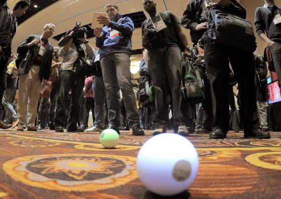 El robot Sphero controlado desde un iPad en el CES Unveiled.