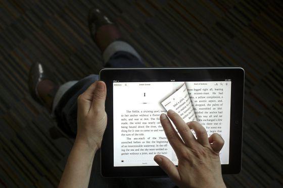 Una persona lee un libro en un iPad