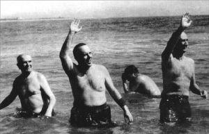 El ministro de la época Manuel Fraga Iribarne se baña en Palomares en 1966.