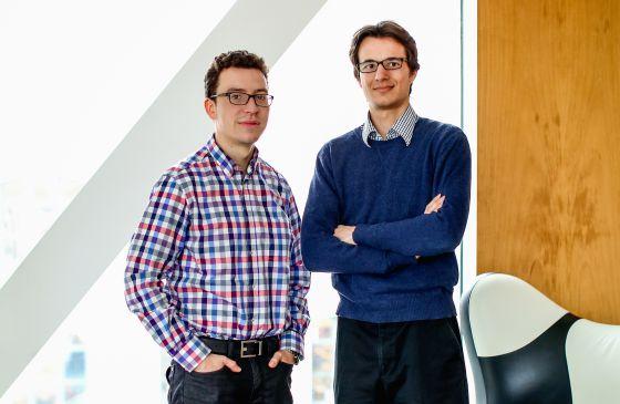 De izquierda a derecha, Von Ahn y Hacker.
