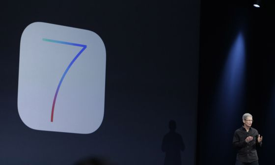 Tim Cook presenta iOS 7 para iPhone e iPad.