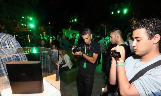 Fotógrafos captando el Xbox One en el E3 2013.