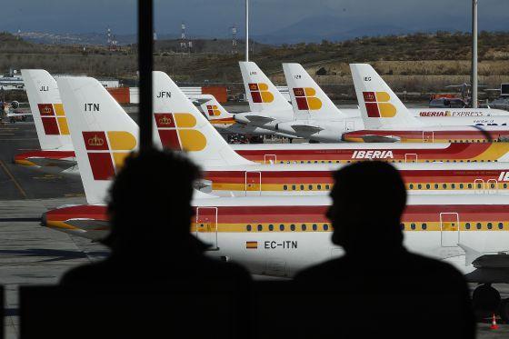 Pasajeros frente a aviones de Iberia en Madrid- Barajas