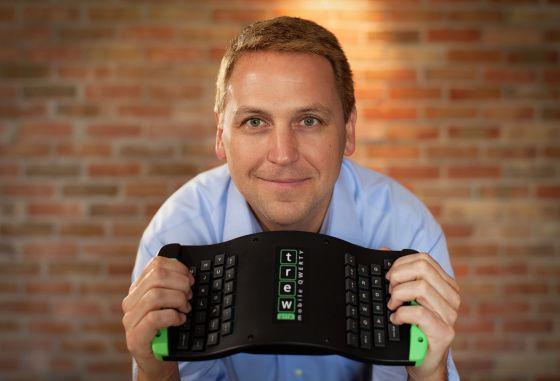Mark Parker, creador del nuevo teclado muestra la parte inferior.
