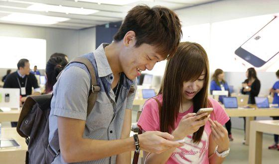 Clientes de una tienda de Apple en Honk Kong.