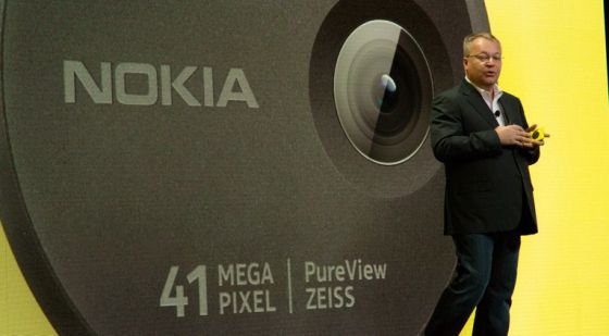 Stephen Elop presenta el Lumia con cámara de 41 megas.