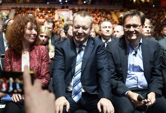 Stephen Elop, rodeado de otros miembros del consejo de Nokia.