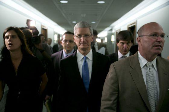 Tim Cook, consejero delegado de Apple, tras declarar en el Senado de EEUU.