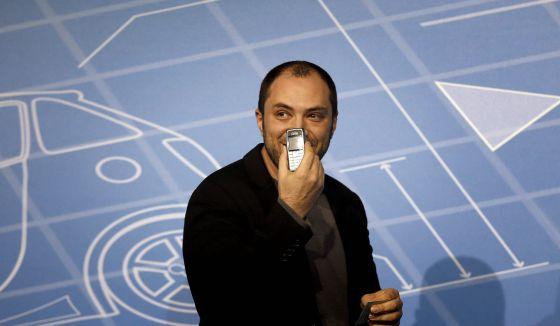 El cofundador de WhatsApp, Jan Koum, muestra su móvil personal de hace diez años.