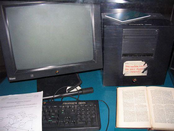 El primer servidor web, se muestra en la exposición Microcosmos del CERN.