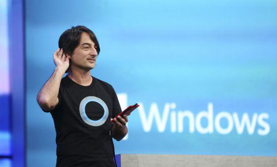 Joe Belfiore, vicepresidente de Microsoft, con una camiseta con el logo de Cortana, su asistente virtual.