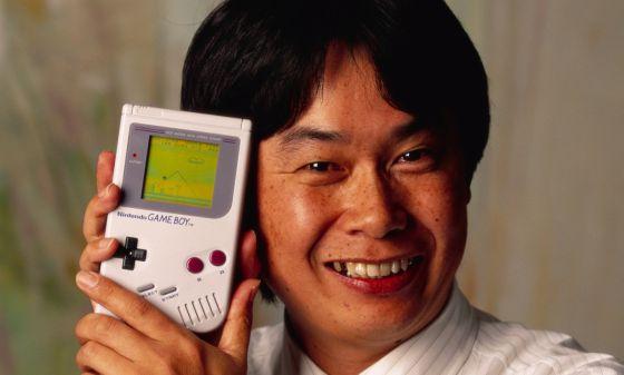 Shigeru Miyamoto, creador de Mario, con una Game Boy, en 1992.