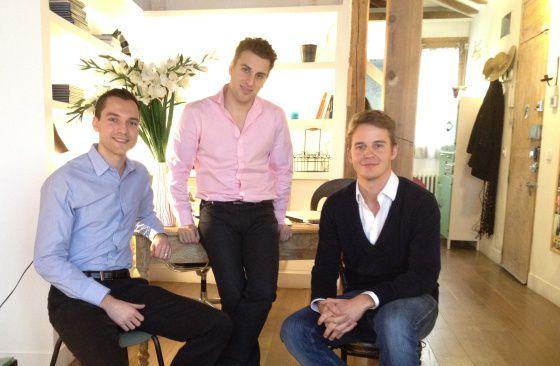 De izquierda a derecha, los cofundadores Nathan Blacharczyk y Brian Chesky, con el director en España, Kay Kuehne.