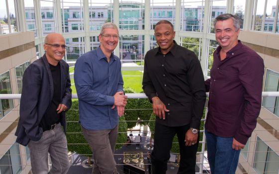 Jimmy Lovine, Tim Cook, Dr. Dre y Eddy Cue, tras la firma del acuerdo.