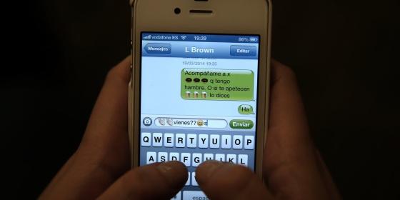 Un ejemplo de uso de un sistema de mensajería instantánea con un móvil.