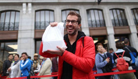 Un comprador del iPhone 6 ante la tienda de Apple en Madrid.