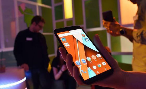 un usuario utiliza un smartphone.