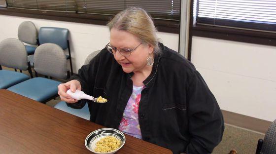 Berta, enferma de párkinson, la primera vez que usó la cucharilla de Google.