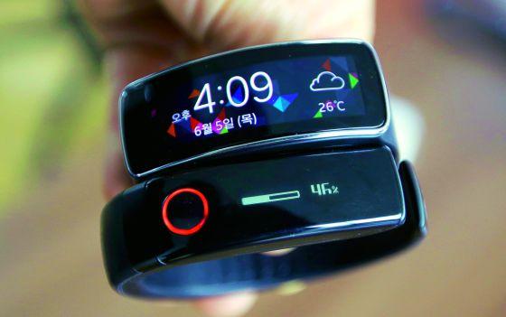 Los relojes y pulseras inteligentes se comunican con el 'smartphone' y miden distancia, calorías, pulso...