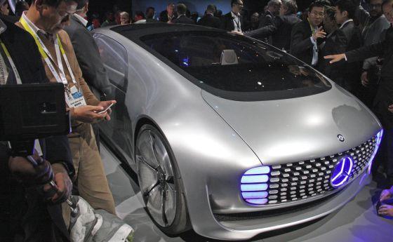 Varios visitantes rodean el coche sin conductor F015 de Daimler en el CES de Las Vegas.