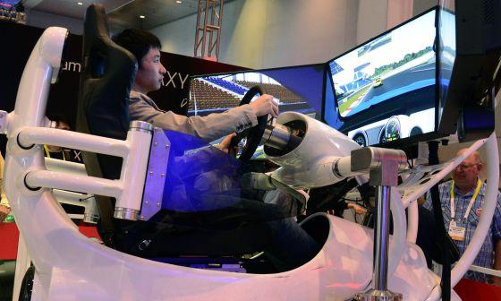 Un visitante prueba un simulador de Ford Mustang, durante la inauguración de la Feria Electrónica de consumo CES en Las Vegas.