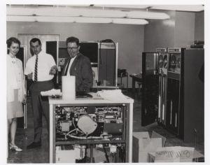 Leonard Kleinroc y otros de los pioneros que consiguieron crear la primera comunicación remota entre ordenadores el 29 de octubre de 1969.