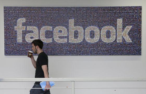 Un empleado de Facebook en su sede de Menlo Park.