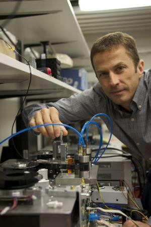 En IBM Research, Mark Lantz y su equipo trabajan en cintas magnéticas para la preservación de los datos a largo plazo.