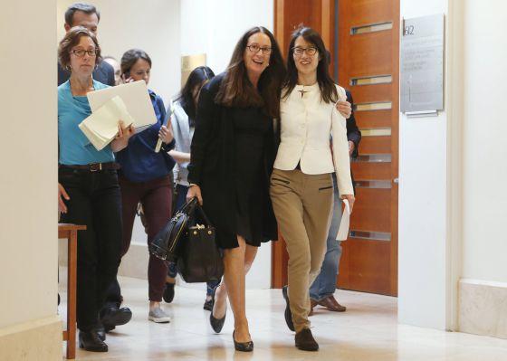 Ellen Pao, derecha, a la salida del juicio, se ha convertido en un símbolo de la lucha contra la discriminación de género en Silicon Valley.
