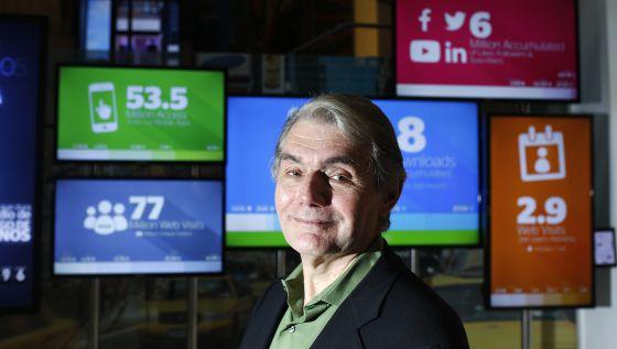 Evans posa ante las pantallas del Centro de Innovación de BBVA.