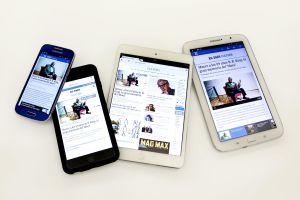 Telefonos moviles y tabletas con la aplicación del diario EL PAÍS.