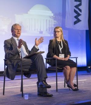 Arthur Sulzberger Jr. y Alex MacCallum, en el Congreso Mundial de Medios de Comunicación.  JAMES NEISS (WAN-IFRA)
