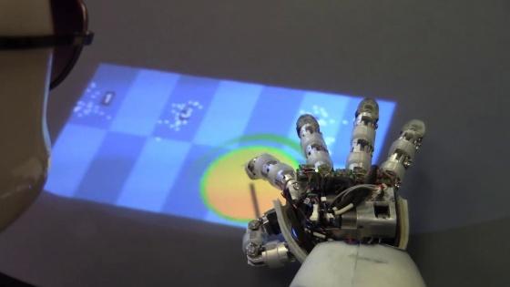 Cada punto blanco en el teclado indica una posición que ha tanteado el robot con su dedo.
