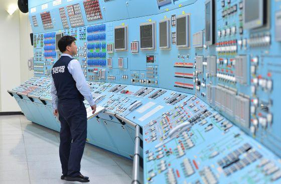 Un operario de la central nuclear de Wolsong (Gyeongju, Corea del Sur) participa en un ejercicio de seguridad en internet