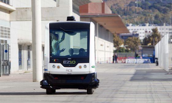 Un autobus sin conductor recorre la feria 'Smart City Expo World Congress', que se celebra en el recinto Gran Vía de Fira de Barcelona del 17 al 19 de noviembre.