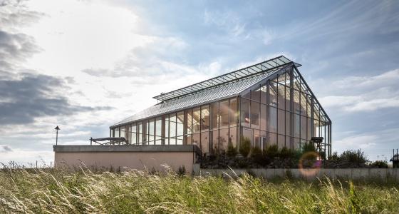 Una casa con paneles fotovoltaicos como techo.