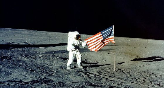 Charles P. Conrad, astronauta de la tripulación de la misión espacial Apollo 12, caminando por la superficie de la luna en 1969.