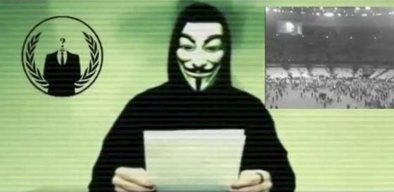 Un hombre con la máscara de Anonymous hace un alegato en uno de los vídeos distribuído por el grupo.