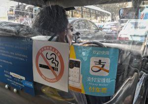 Un taxi de Shanghái muestra en la mampara de seguridad el logotipo de Alipay, cada vez más extendido también por el transporte.