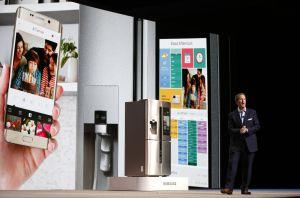 John Herrington, vicepresidente of Samsung Electronics America, muestra la nueva nevera inteligente de la compañía.