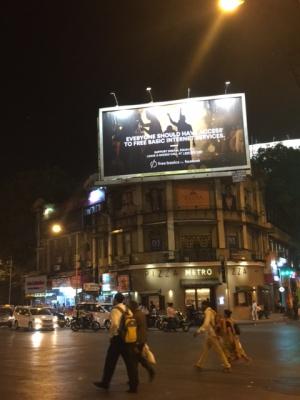 Una publicidad de Facebook en una popular calle de Bombay.