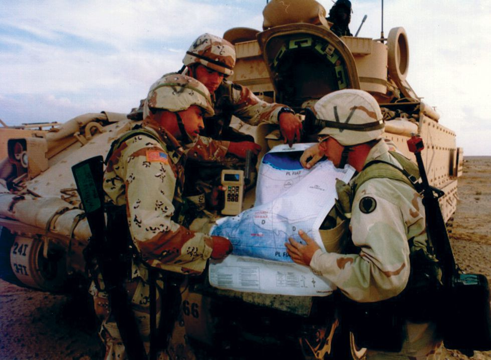 Fotografía proporcionada por el Ejército de EEUU con soldados de la 101ª División Aerotransportada consultando un mapa con la ayuda de un GPS durante la guerra del Golfo (1990-1991).