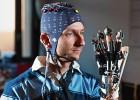 Esa capucha con electrones permite mover la mano con la mente.