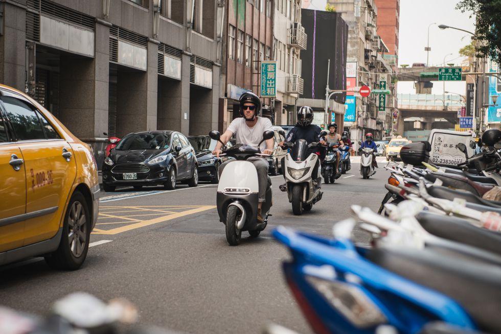 Una moto de Gogoro por las calles de Taipei.