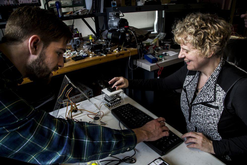 Los responsables del proyecto trabajan en el dispositivo de prueba. Alex Russomanno (izquierda) es un estudiante de doctorado en la Escuela de Ingeniería de la Universidad de Michigan. Sile O'Modhrain, profesora en la facultad de Ciencias de la Información en la Universidad de Michigan es ciega y una de las promotoras del proyecto. (Cortesía de los investigadores)