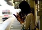 Siete de cada diez padres piden ayuda a sus hijos para usar el móvil