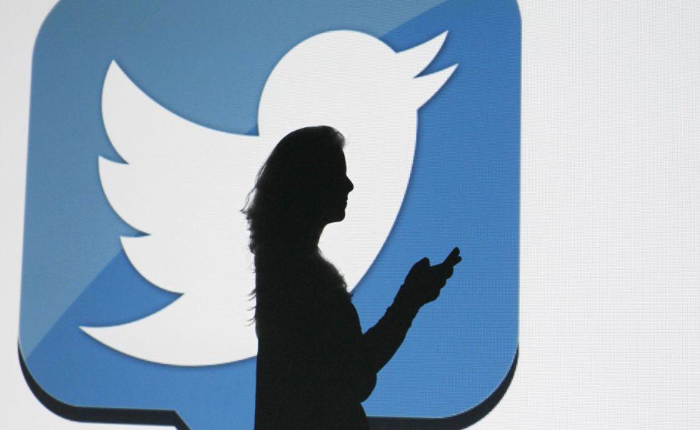 Una usuaria utiliza la red social Twitter.