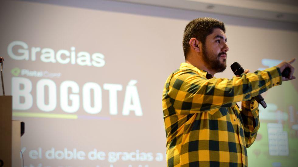 Christian Van Der Henst durante una conferencia en Bogotá.